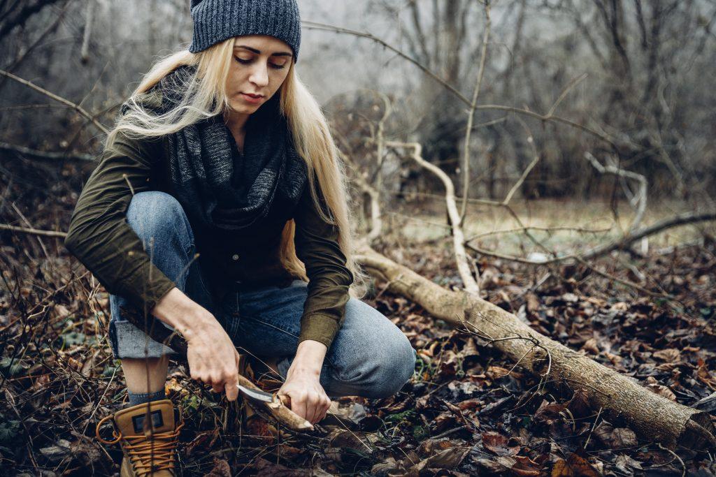 Kvinna som utovar bushcraft